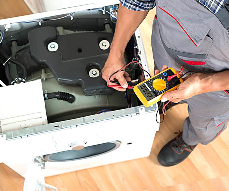 Специалист Дмитрий в процессе ремонта стиральной машины